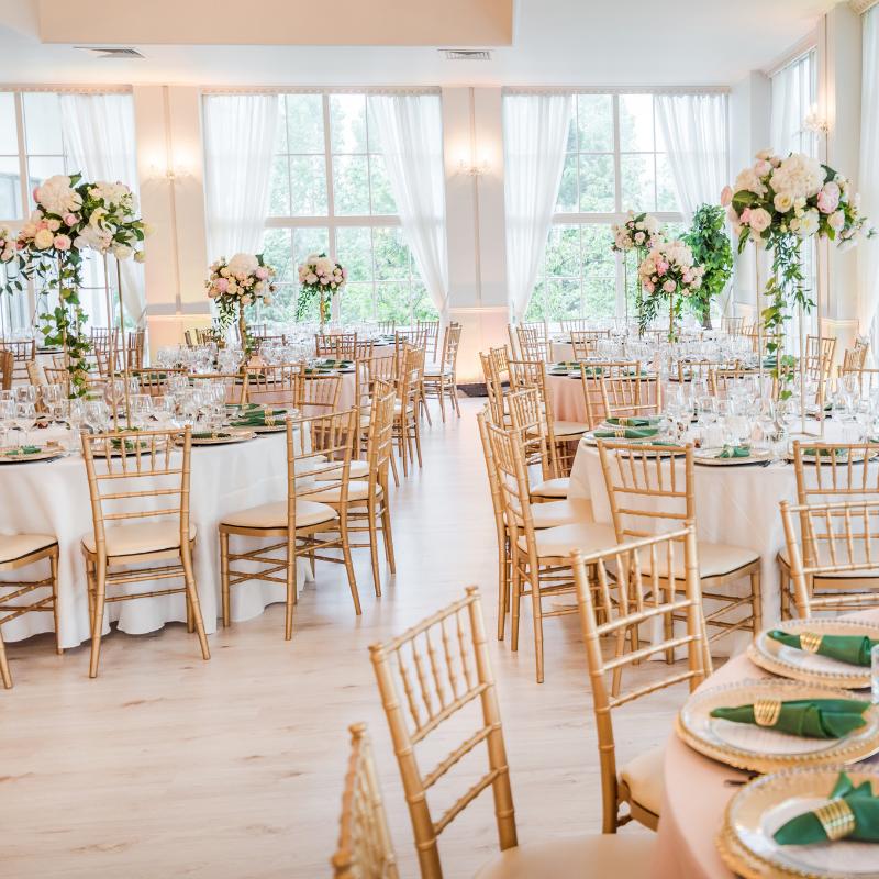 décoration salle mariage location table et chaise chivari dorée